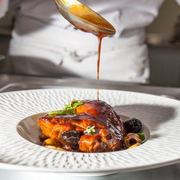 Cuisses de canard mijotées aux olives et thym, poêlée de champignons de Paris et pleurotes