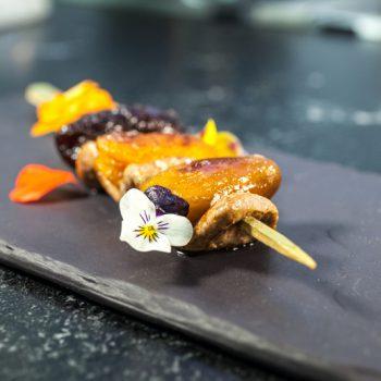 Brochette d'aiguillette de canard, datte abricot et pruneau